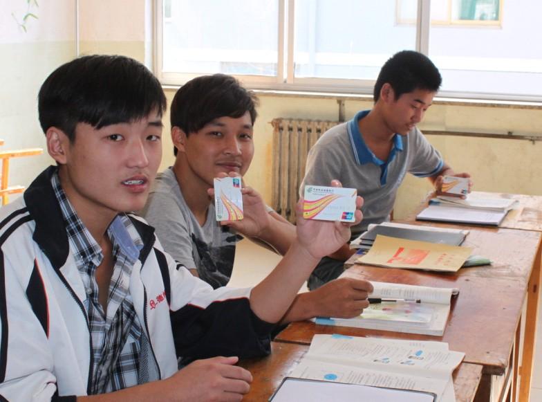 我院2012年春季学生领到助学金