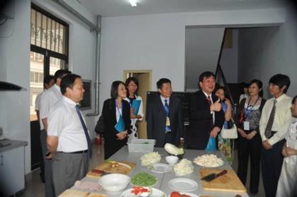 日本驻青岛领事馆总领事齊藤樣一行来我院参观