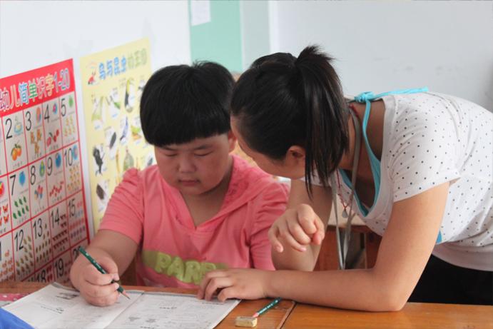 小张老师耐心指导孩子做作业图片